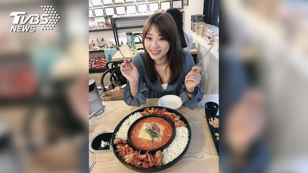 TVBS主播黃星樺大推宋仲基也吃過的辛普森湯。(圖/TVBS)