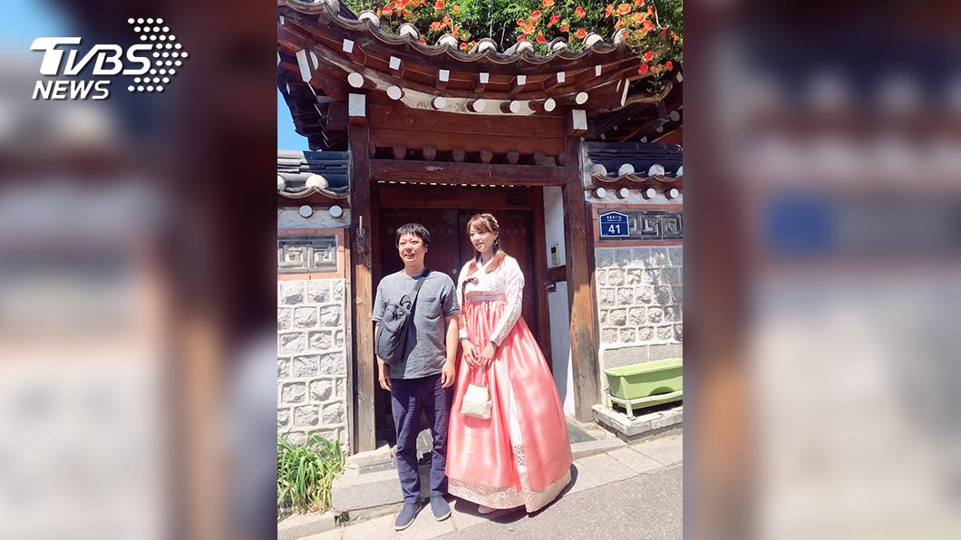 穿上韓服後,民眾爭相與黃星樺拍照,讓黃星樺受寵若驚。(圖/TVBS)