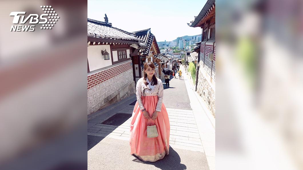 主播黃星樺穿韓服被遊客誤認為在地人,不斷被要求拍照,讓黃星樺受寵若驚。 (圖/TVBS) 主播黃星樺遊韓國 穿韓服被民眾搶拍