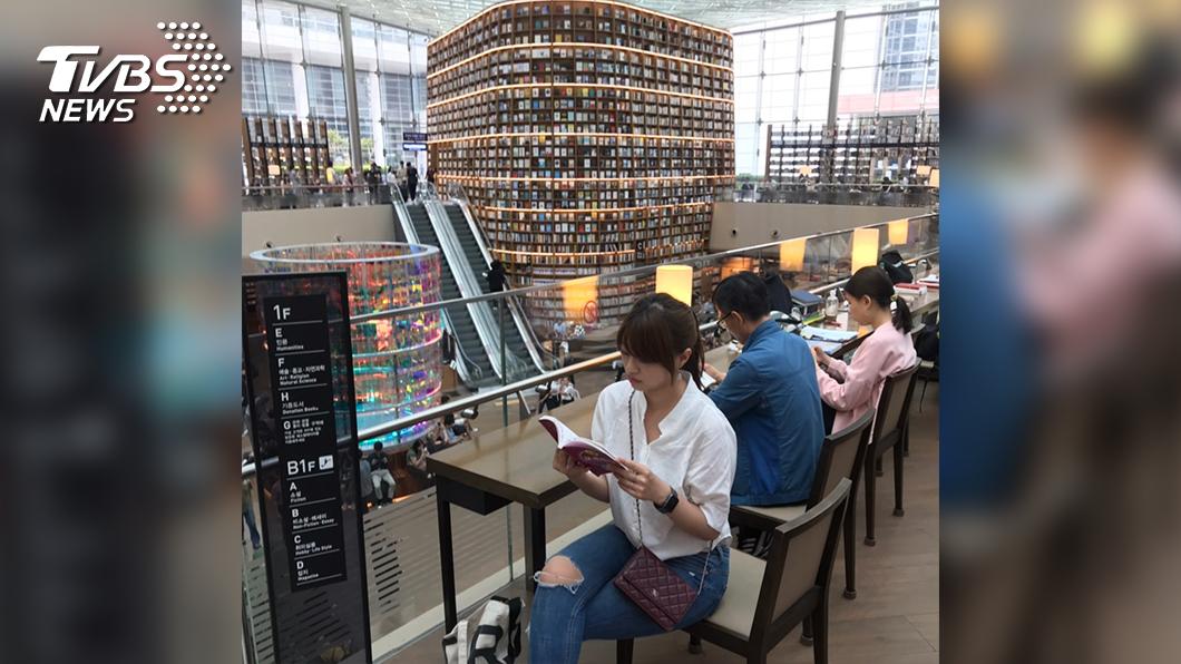 主播黃星樺推薦文青必訪首爾星空圖書館。(圖/TVBS)