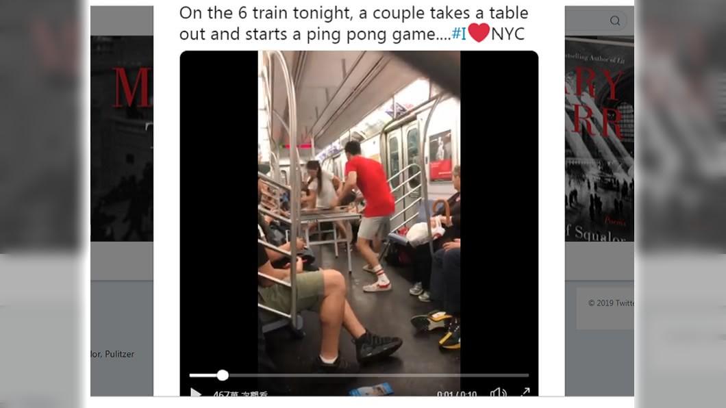 紐約情侶竟在地鐵上「激戰」乒乓球,引起網友熱議。 圖/翻攝自Mary Karr 推特