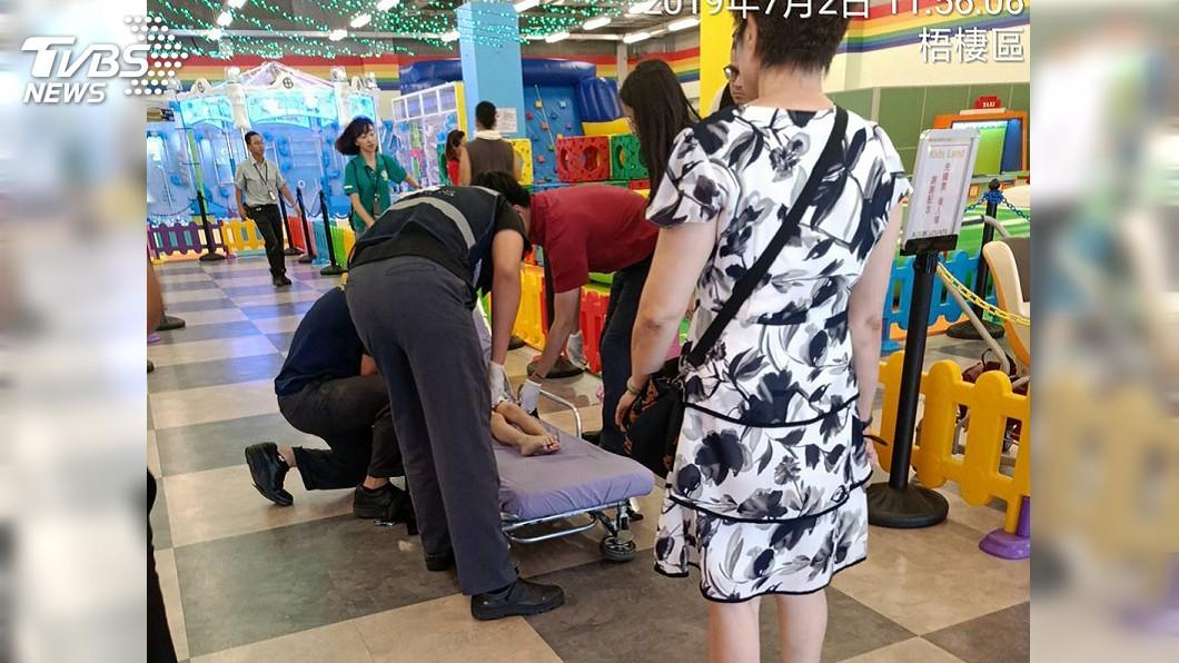 圖/中央社 賣場內玩充氣溜滑梯不慎摔傷 女童胸悶送醫