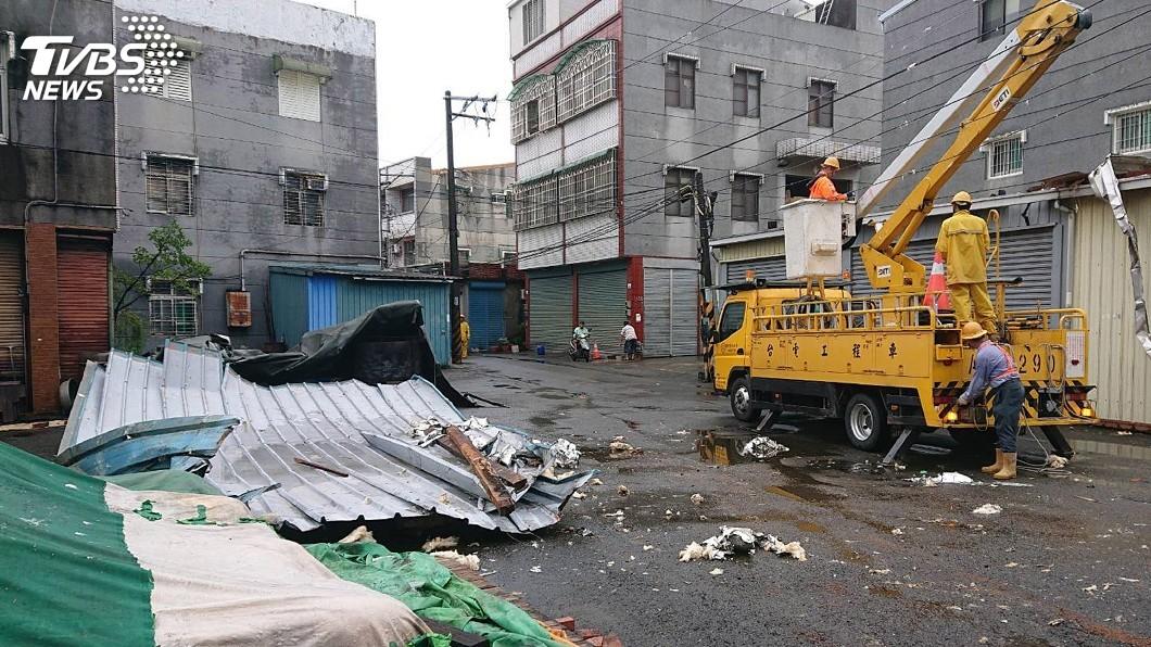 圖/中央社 台南出現龍捲風? 吹掀屋頂、扯斷高壓電線