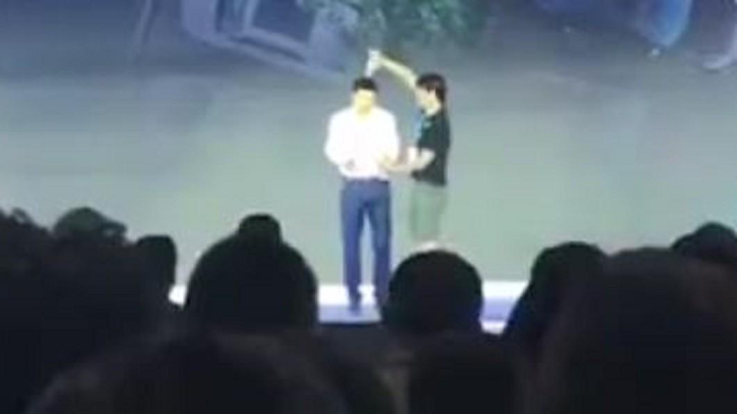 圖/翻攝自中國新聞網 微博 百度CEO演講遭襲 陸男衝舞台朝頭灌水