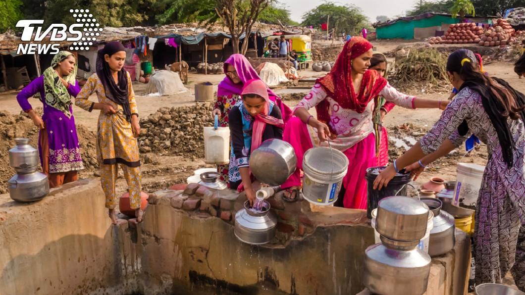 印度金奈1天只有15分鐘可以裝水。示意圖/TVBS 1天只有15分鐘有水! 印度鬧水荒200多人喪命