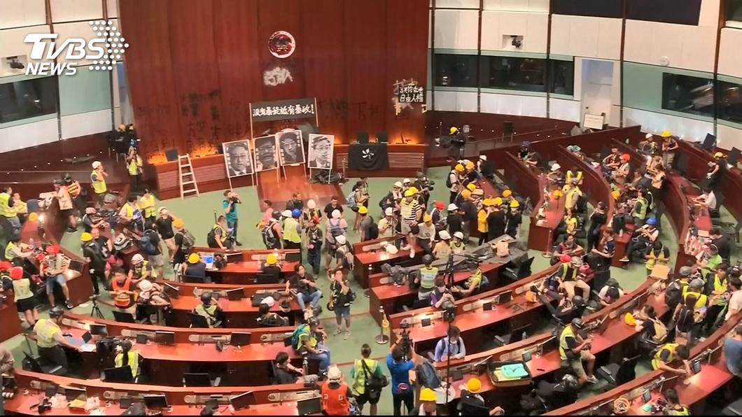 圖/TVBS 佔領三小時破壞殆盡 港立法會變犯罪現場