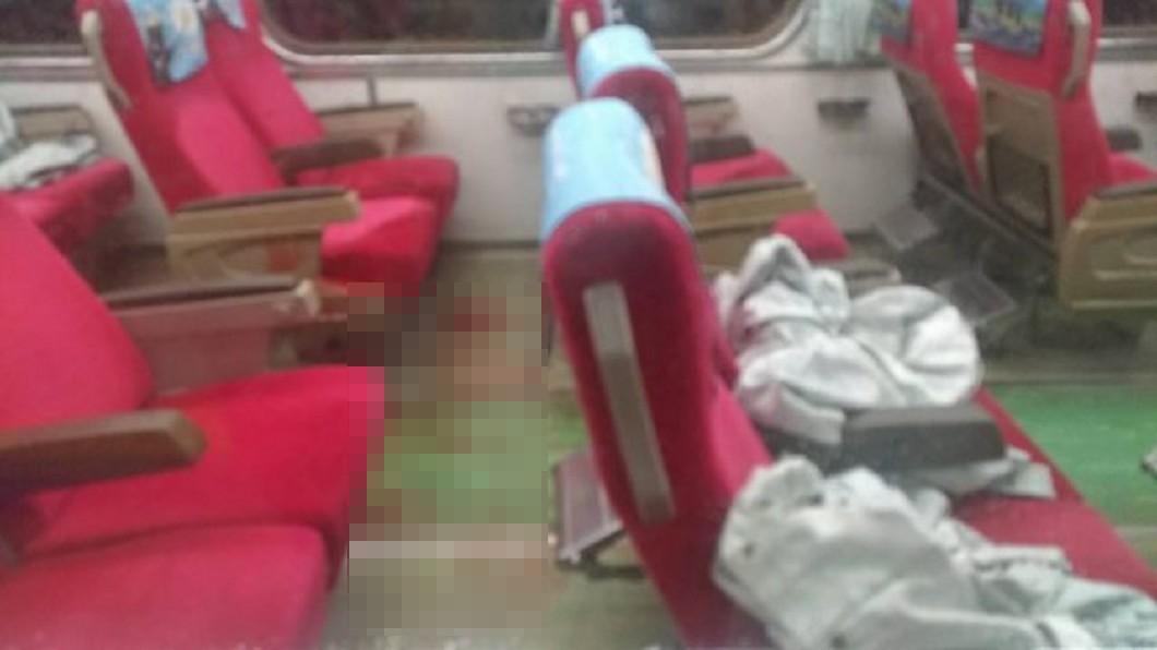 車廂內血跡斑斑,畫面怵目驚心。圖/翻攝自臉書 心酸!鐵路警被刺「臟器外露」 工會:車長只有1根木棍