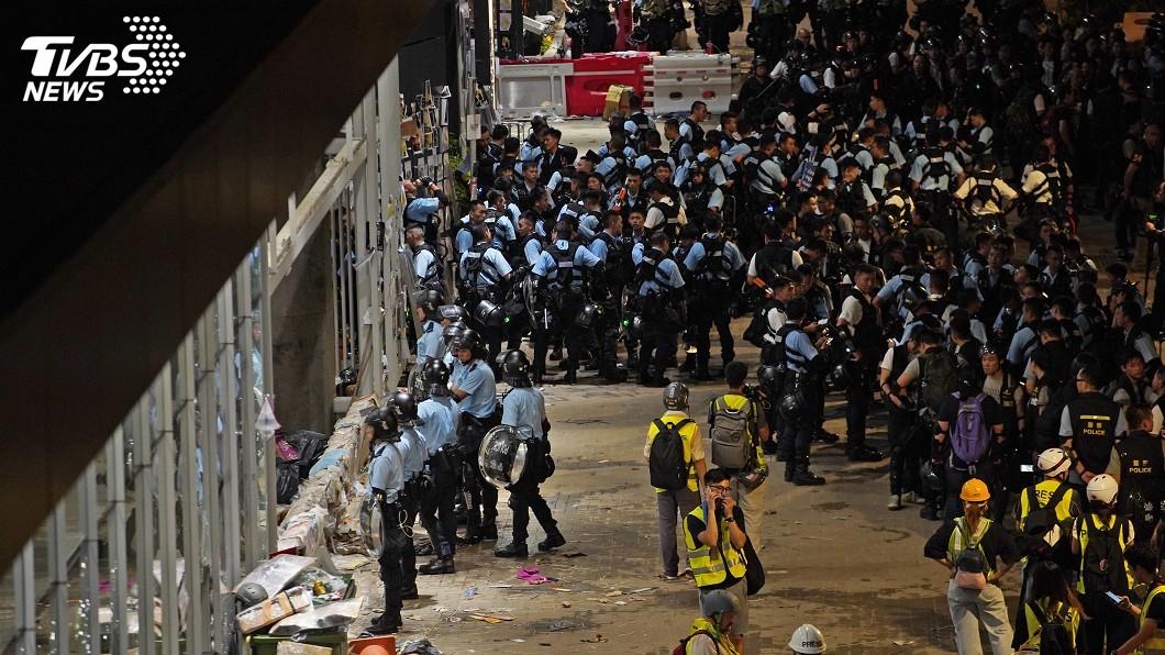 圖/中央社 抗議群眾占領立法會事件後 港警展開逮捕行動