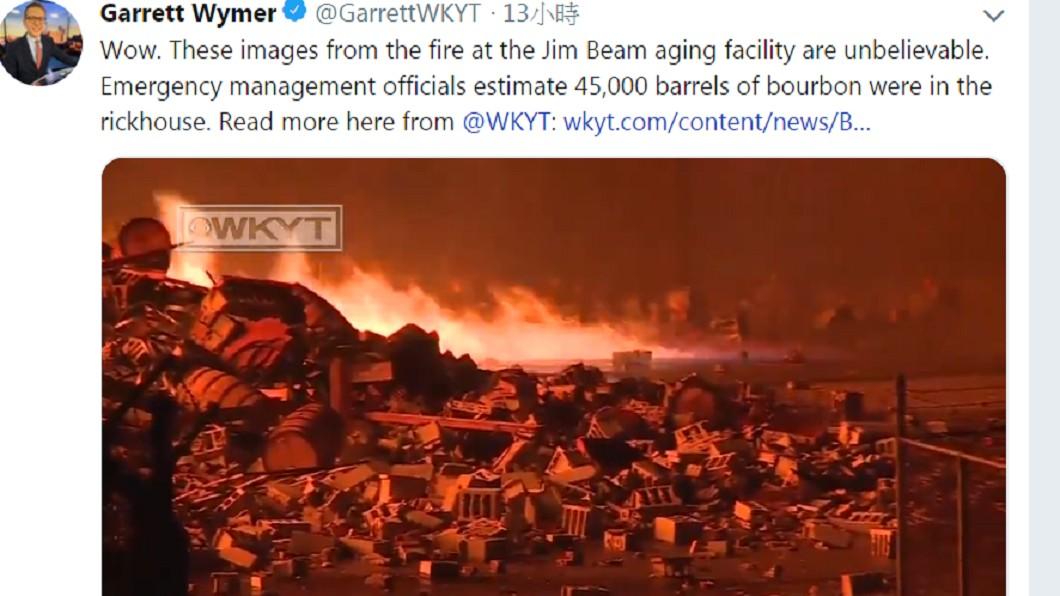 圖/翻攝自@GarrettWKYT推特 閃電劈倉庫!4萬5千桶威士忌燒光光 鄰近水源恐遭汙染
