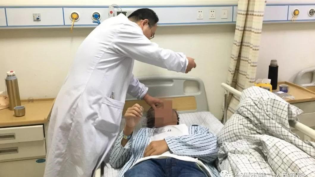 陳文斌醫生替少年做檢查。圖/翻攝搜狐健康網