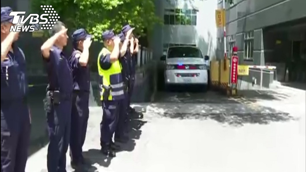 今日上午李警遺體疑往殯儀館,大批員警列隊送李警最後一程。圖/TVBS