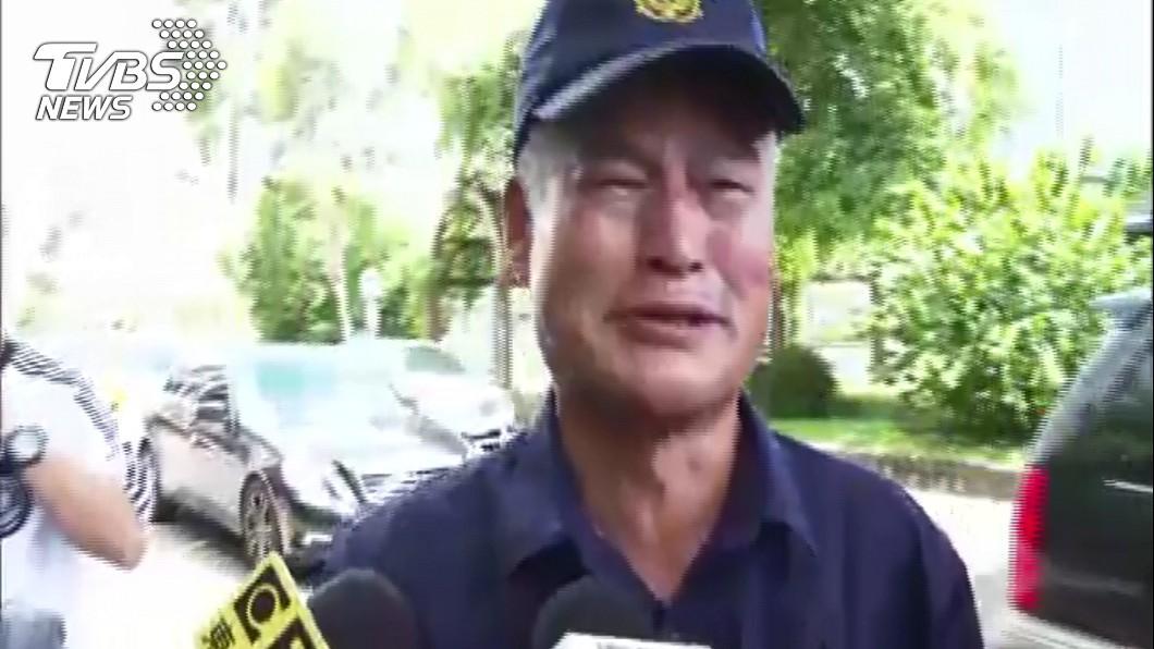 李警長官面對鏡頭聲淚俱下,一度哭到中斷發言,稱李警就像是自己的兒子一樣。圖/TVBS