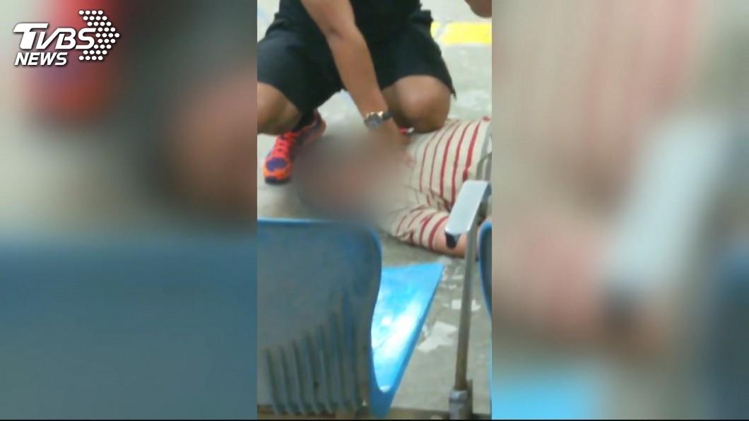 「無名英雄」羅偉將兇嫌壓制在地。圖/TVBS