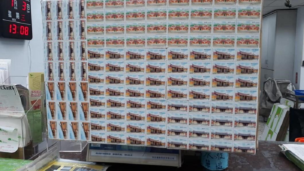 圖/翻攝自臉書「爆怨公社」 寄海外包裹黏滿496張郵票 網笑歪:最貴包裝紙