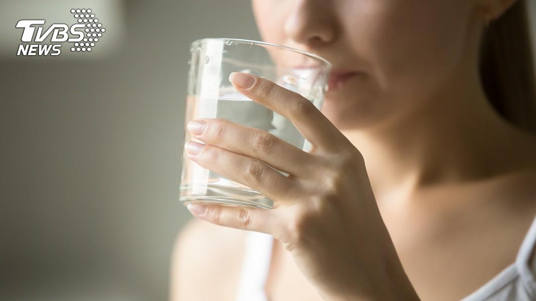 一起床就喝水傷胃的說法,在中西醫認知上有所出入。(示意圖/) 一起床就喝水是錯的導致胃病?醫:勿過度解讀