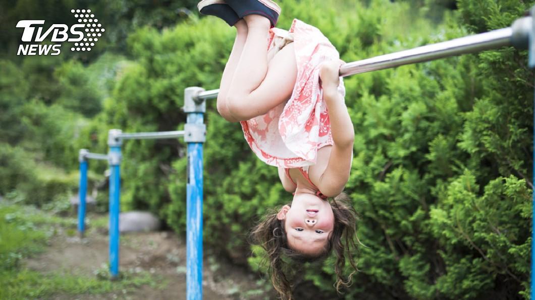 女童到公園玩當槓不慎摔斷牙。示意圖/TVBS 玩單槓摔斷牙!女童父母討國賠23萬 區公所輸了
