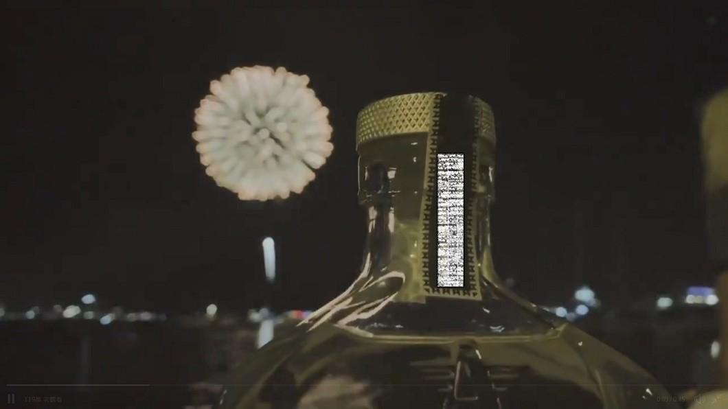 萊恩雷諾斯影片以浮誇琴酒作為開頭。圖/截自Ryan Reynolds Twitter