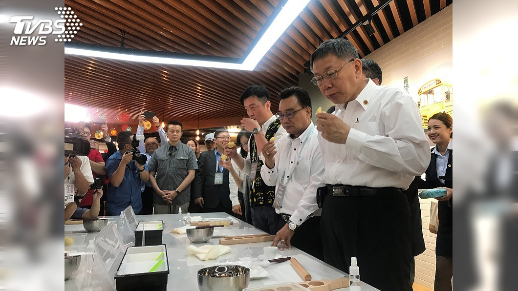 圖/中央社 選不選總統未鬆口 柯文哲吃「帝王酥」引聯想