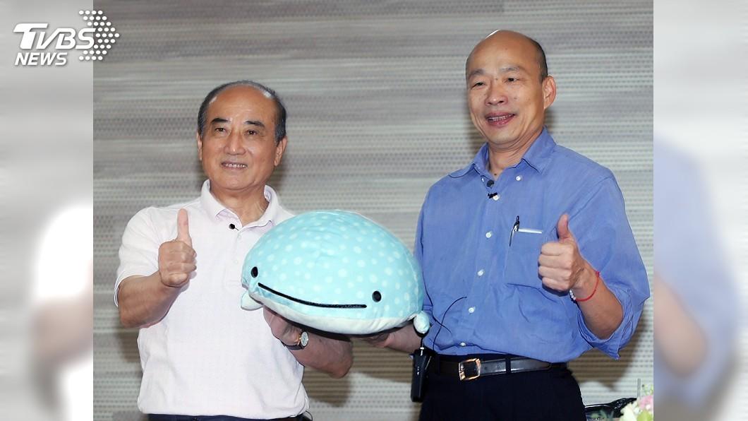 圖/中央社 送韓國瑜藍鯨玩偶 王金平:我一手就能拿起來