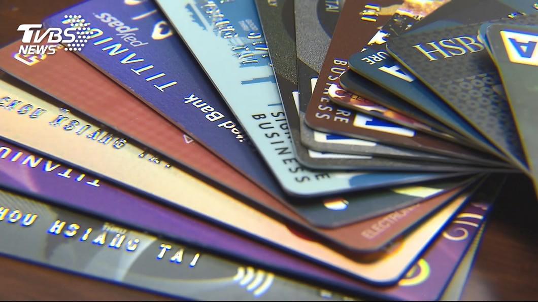 美國一名女子盜刷男友的信用卡,給了餐廳服務生15萬元的小費。(示意圖/TVBS) 要求男友送免費機票遭拒 女盜刷他信用卡給15萬小費