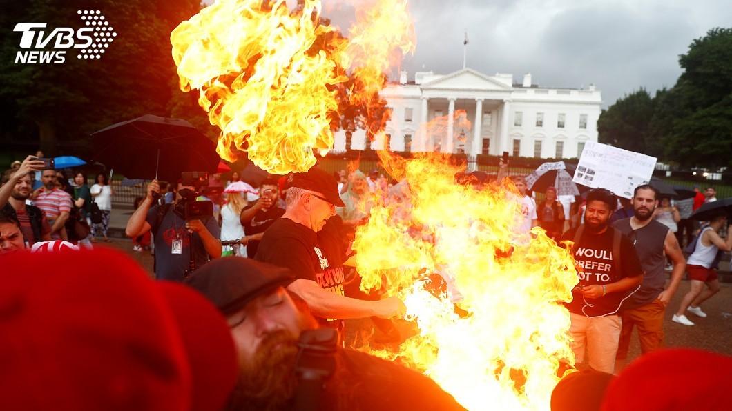 圖/達志影像路透社 川普國慶演說支持反對兩樣情 示威者白宮燒國旗