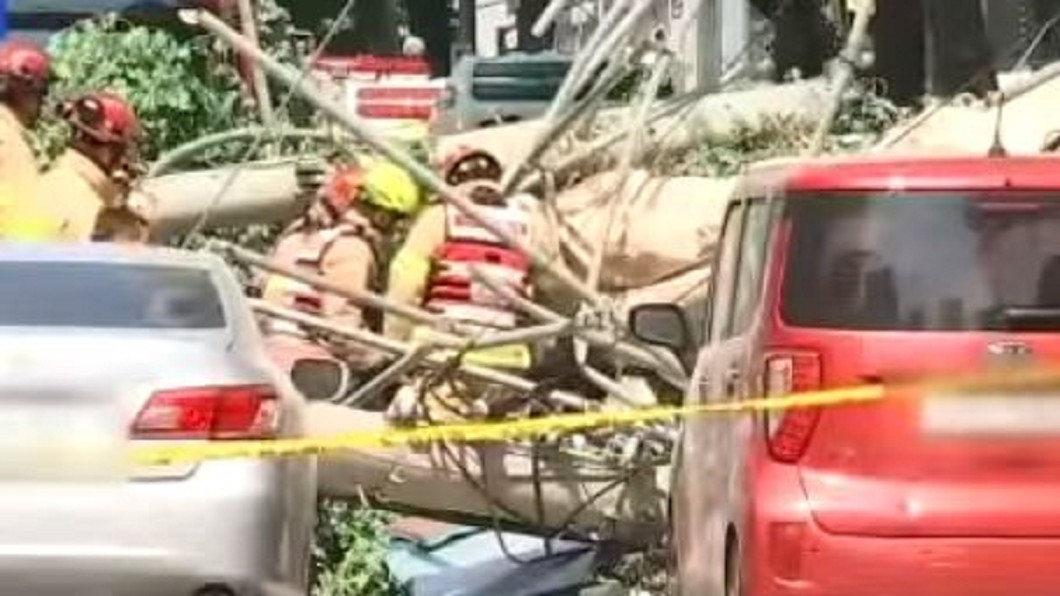 圖/翻攝自MBN News YouTube 首爾拆老屋整棟倒塌! 壓過路車1死3傷