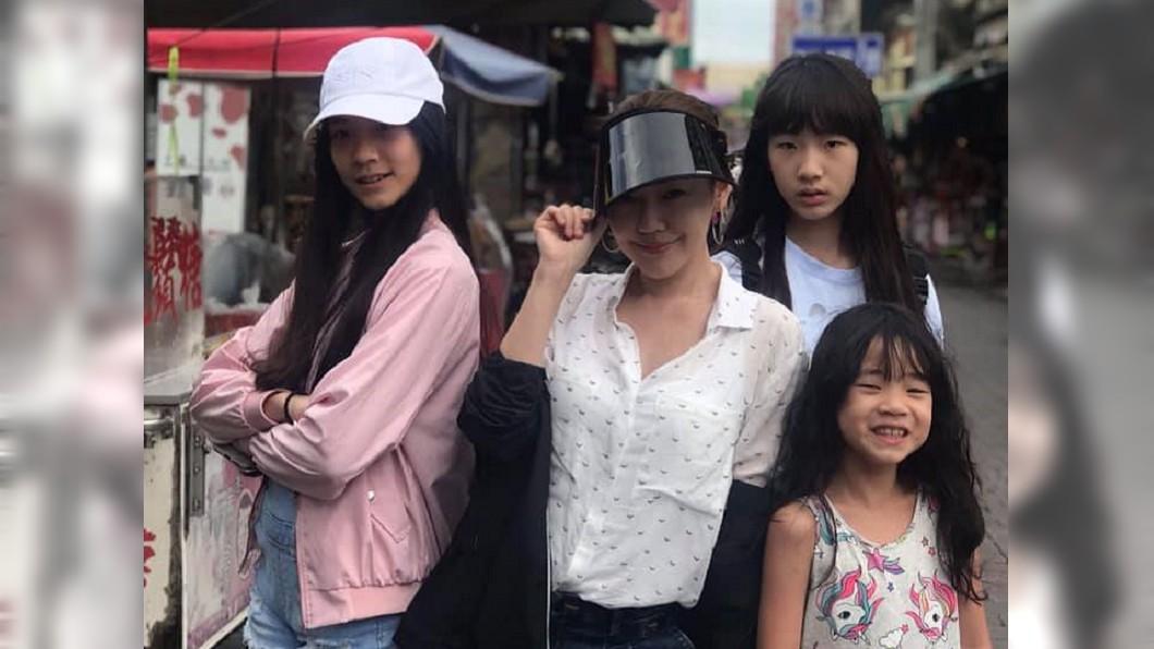 小S與3位女兒。圖/翻攝自小S臉書 小S曬3女兒逆天長腿照 網讚翻:根本神基因