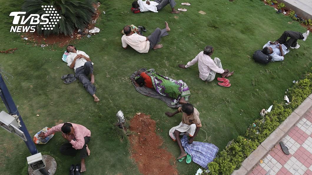 印度氣溫屢創新高,民眾紛紛想辦法乘涼。示意圖/達志影像美聯社 逾百人熱死!高溫逼近51度 這國家未來恐「無法住人」