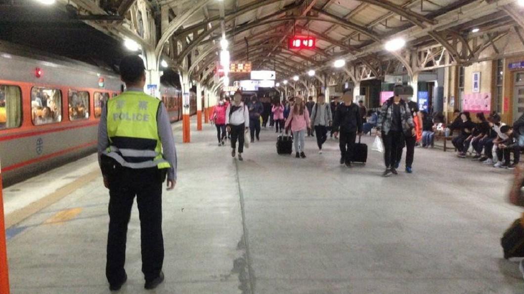火車站月台和列車上,經常能見到鐵路警察的身影。圖/翻攝鐵路警察局高雄分局嘉義派出所臉書 勇警被刺身亡 老鐵警經驗談:服勤時記得帶「這個」