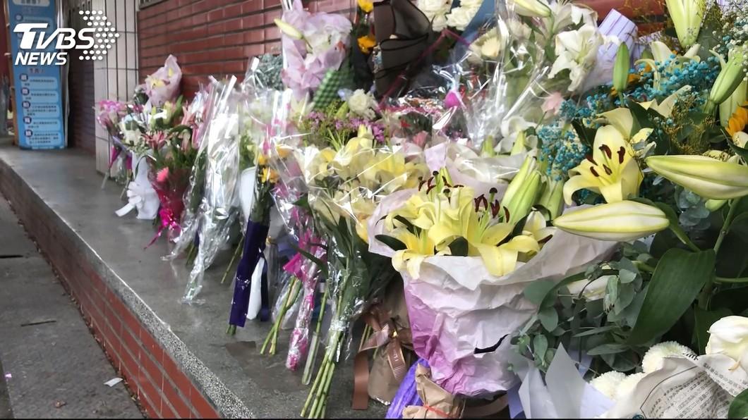 員警李承翰遭刺身亡令親友不捨悼念。(圖/TVBS) 「安息吧李爸爸!還承翰一個公道」 台鐵局:支持上訴