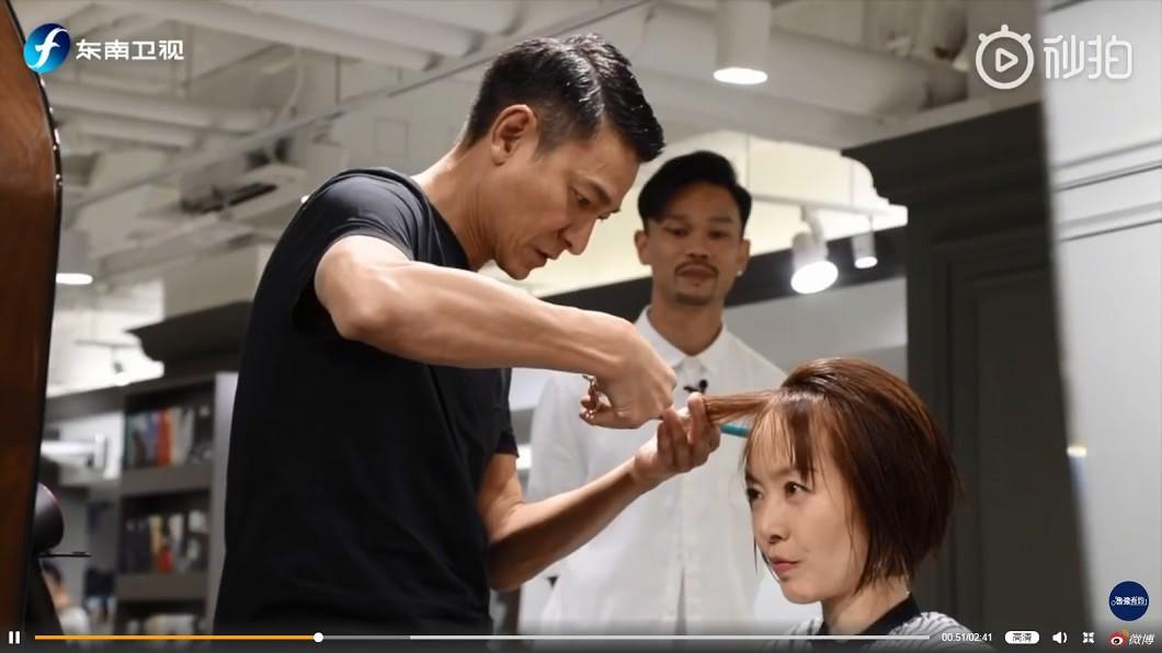 劉德華親自幫魯豫剪髮,讓她忍不住嘆已達到人生巔峰。圖/翻攝魯豫有約微博