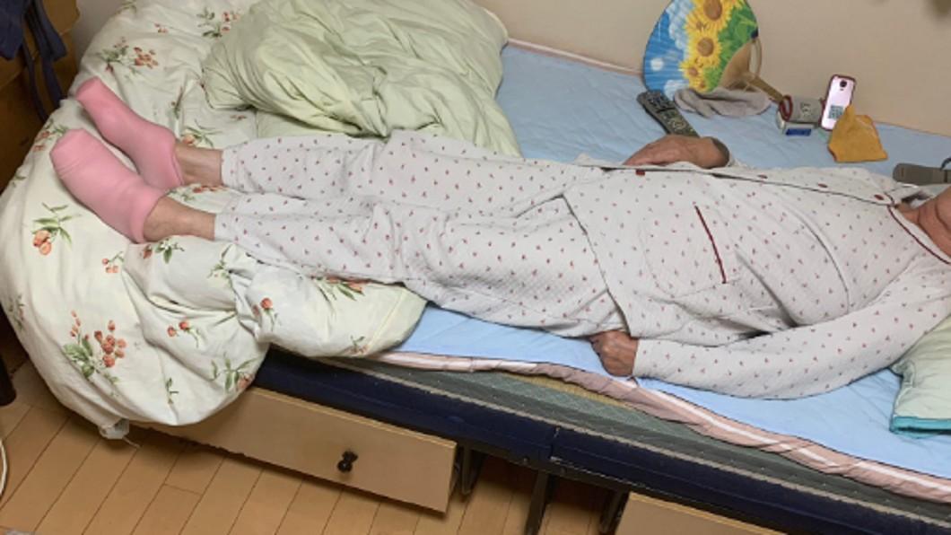 圖/翻攝推特@analKABAO 奶奶腳冷借「粉色暖襪」 孫一看崩潰:活21年從沒想過
