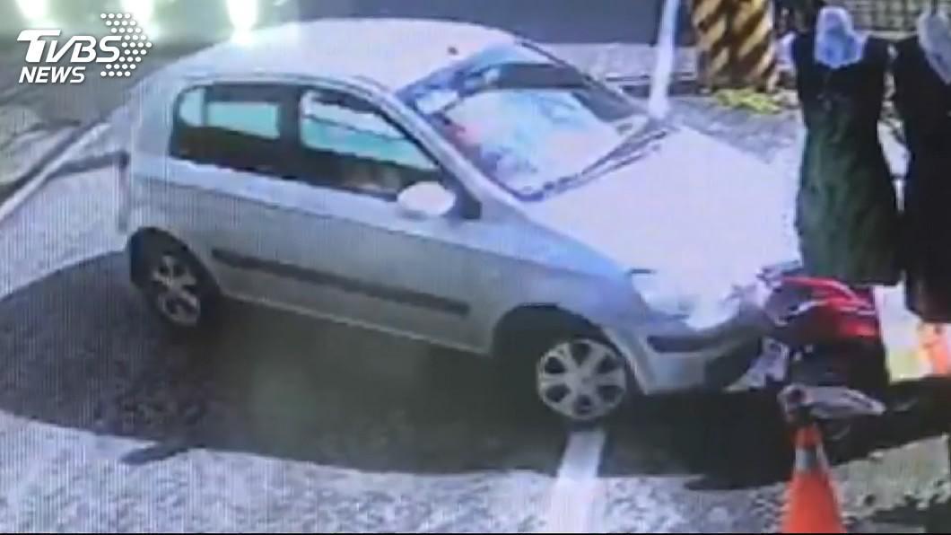 江女因開走黃男的車子發生車禍,警方因此順利逮到人。(圖/TVBS)