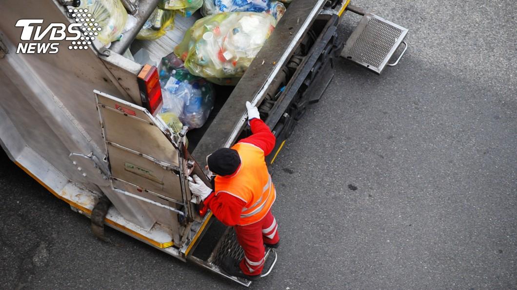 清潔隊員的工作其實很辛苦。示意圖/TVBS 不幫忙丟垃圾遭批「米蟲」 清潔隊員曝辛酸
