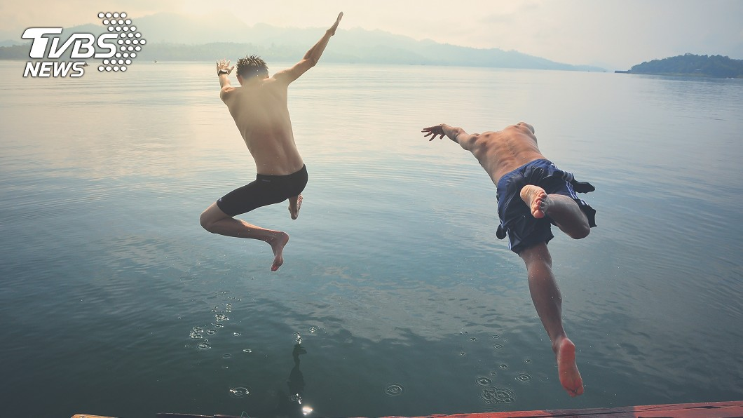2名少年為了拍攝短片竟跳入河中。示意圖/TVBS 為拍片「特技跳河」!19歲男溺斃 朋友見狀落跑