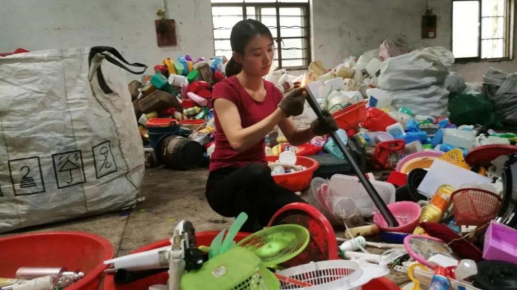 大陸一名長相清秀的女生,平日從事資源回收的工作,引發網友熱議。(圖/翻攝自陸網) 15歲就做資源回收 撞臉明星劉亦菲被封:拾荒女神