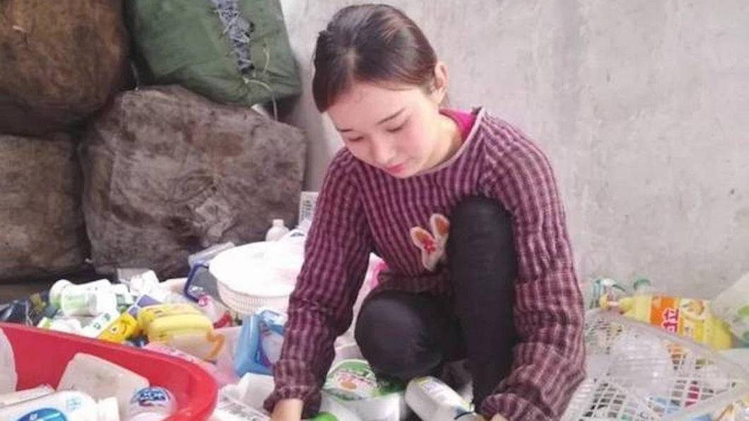 該名正妹從15歲就開始做資源回收,至今已經10年了。(圖/翻攝自陸網)
