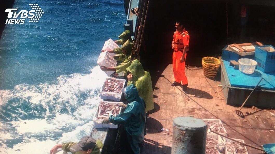 圖/中央社 中國漁船越界非法捕撈 台中海巡押回11人偵辦