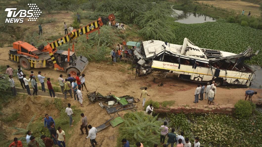 圖/達志影像美聯社 駕駛疑開車打瞌睡 印度巴士跌落高架橋29死18傷