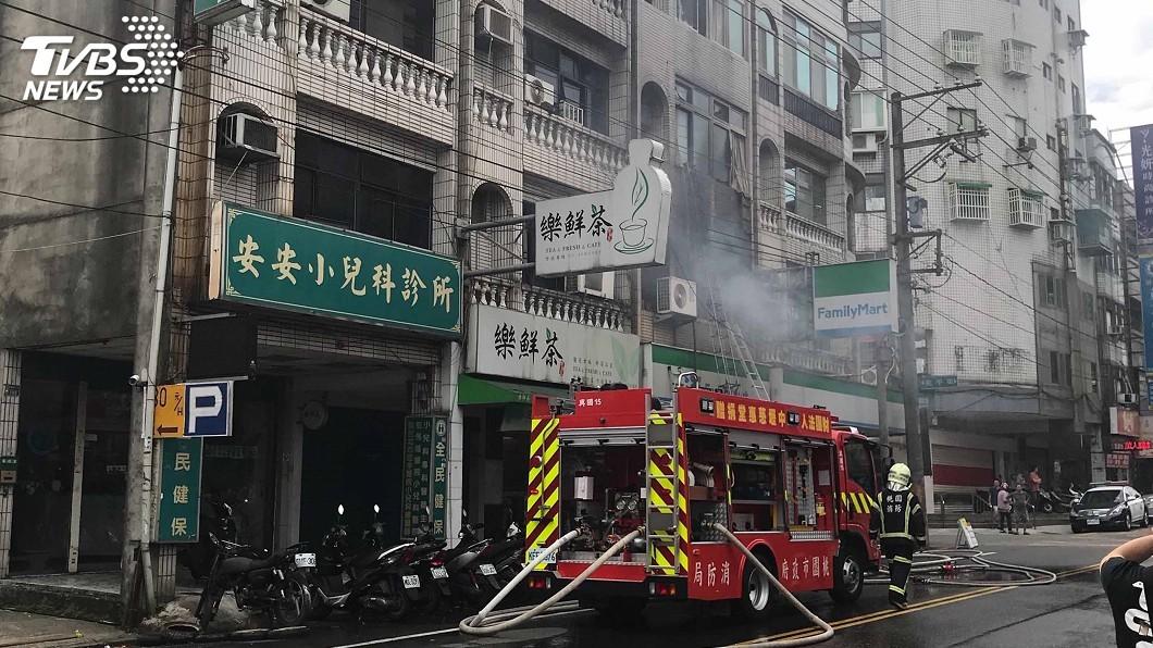 圖/中央社 桃園出租套房火警 受困3女1男救出送醫