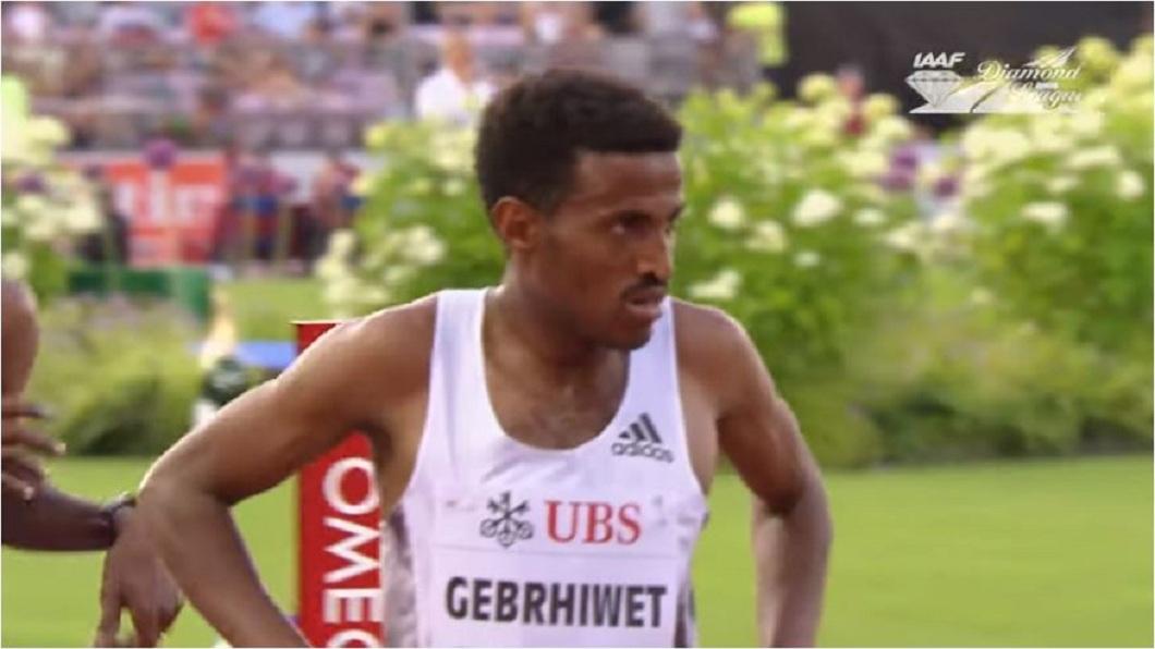 衣索比亞一名長跑選手,他以為得到冠軍了,沒想到卻搞了個烏龍。(圖/翻攝自YouTube) 5千公尺算錯圈數 他提前慶祝勝利從冠軍變墊底