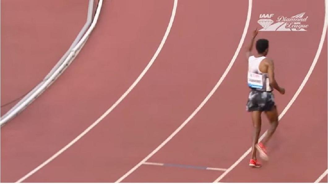 該名選手少跑1圈,但以為自己奪得冠軍而提前慶祝。(圖/翻攝自YouTube)