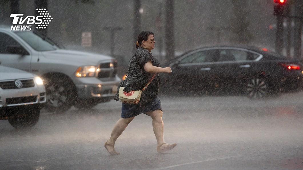 圖/達志影像美聯社 美國華府遭豪雨襲擊 街道嚴重積水 交通中斷