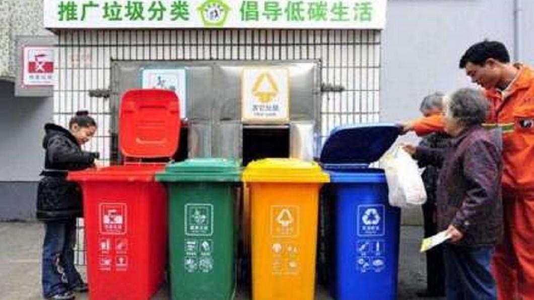 上海自7月1日開始強制實施垃圾分類。(圖/翻攝自鳳凰衛視微博) 垃圾沒分類想混丟 男被阻惱怒掐暈指導員