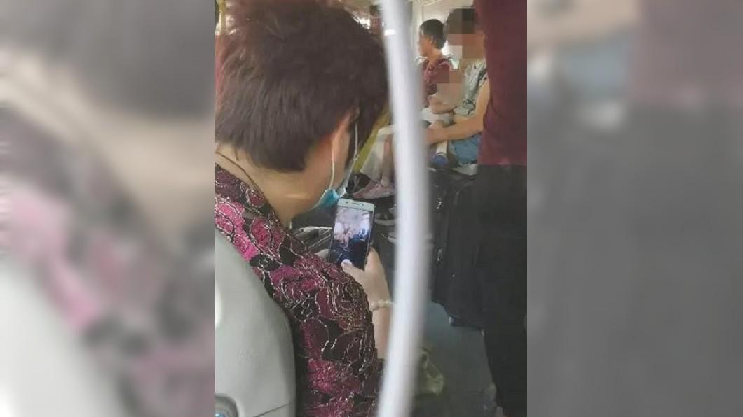 圖/翻攝微博 辣母公車上「掏奶哺乳」!大媽狂窺偷拍 瘋傳各大群組
