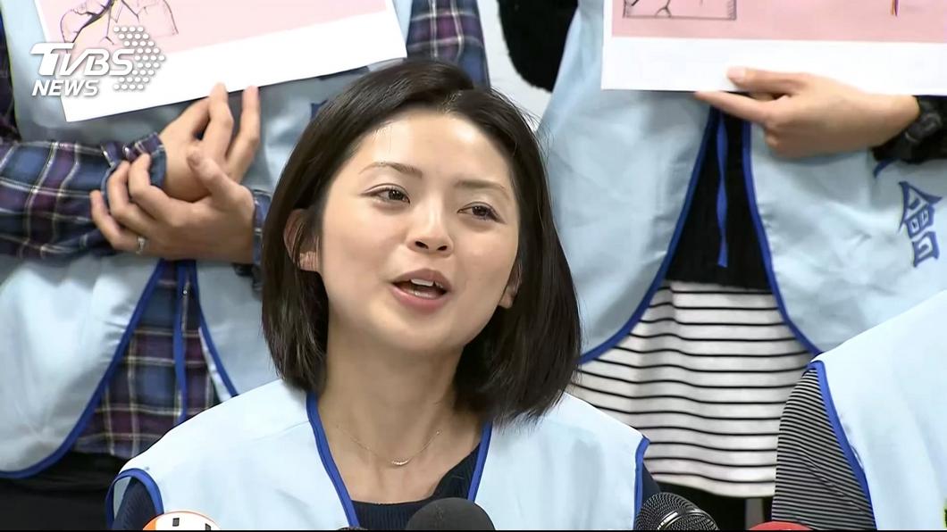 郭芷嫣遭開除後已打包私人物品後離開公司。圖/TVBS 長榮開除郭芷嫣 工會:她平靜接受、打包物品離開