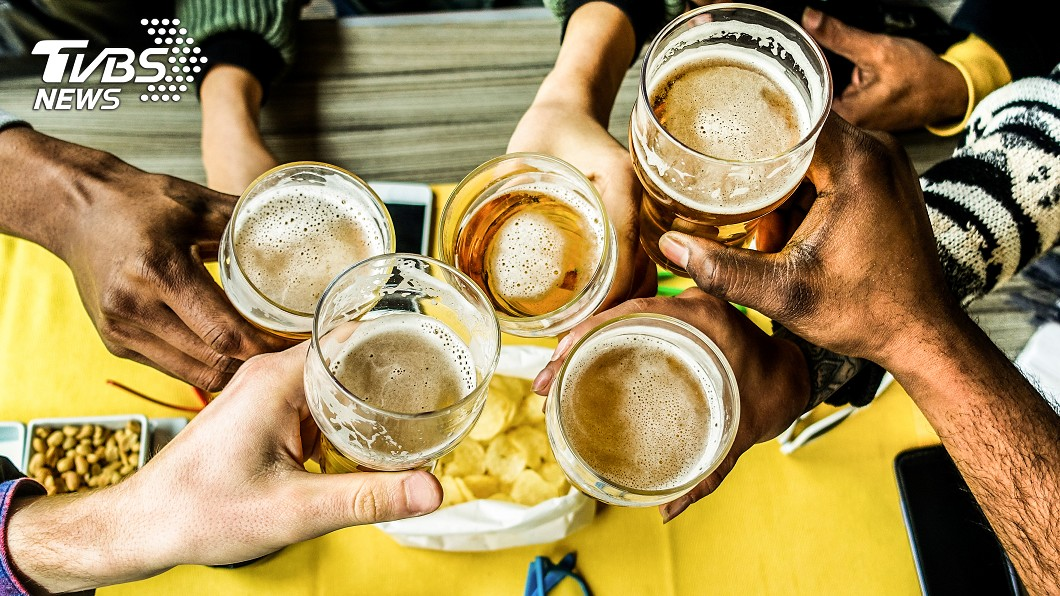 飲酒過度很有可能暴斃。示意圖/TVBS 拚酒前快看! 喝超過「這量」暴斃率激增
