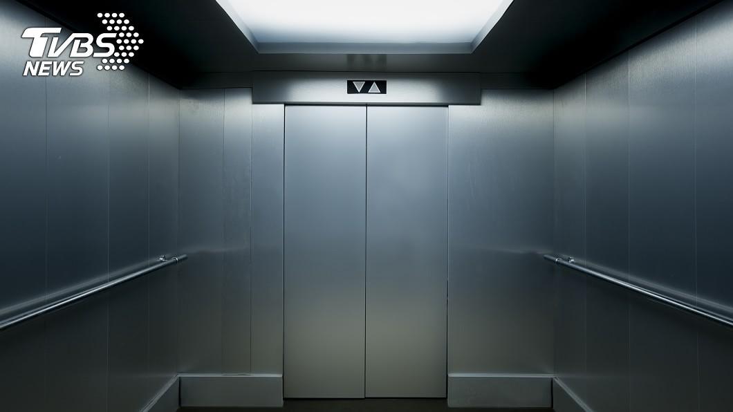 一棟公寓的電梯內經常傳出「尿騷味」。示意圖/TVBS 電梯尿騷味不斷!一看監視器…驚見年輕女子「脫褲解放」