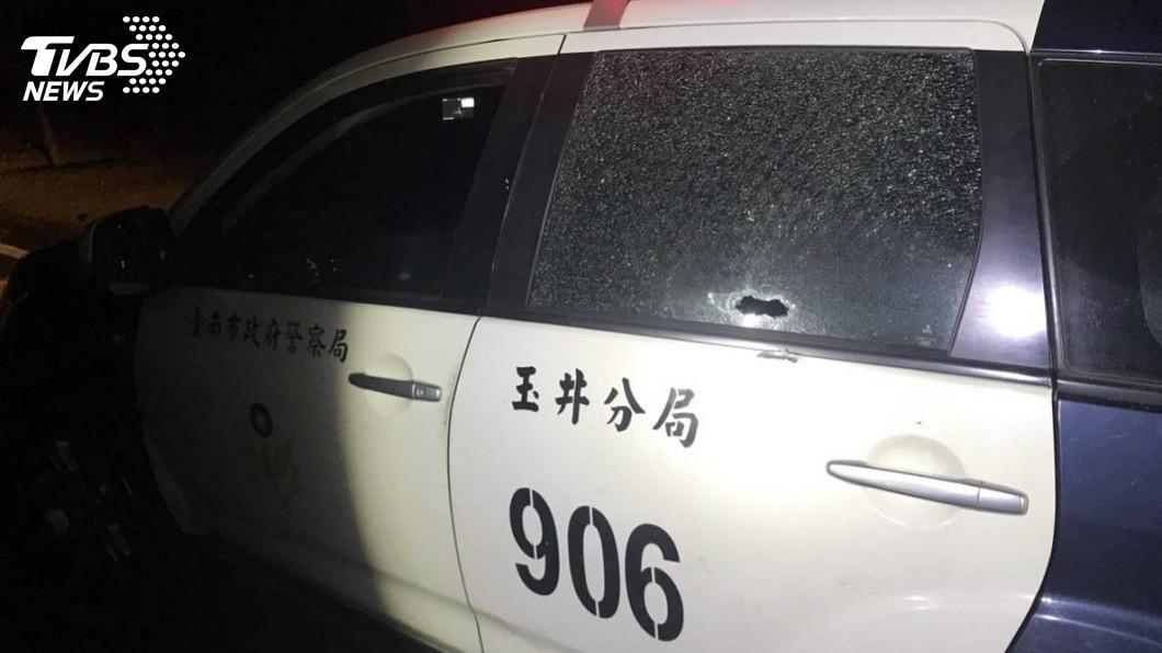去年玉井分局楠西分駐所的巡邏車遭陳宏宗開槍擊破車窗。(圖/TVBS)
