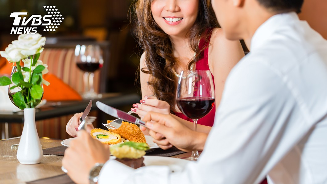 一對夫妻到餐廳用餐,妻子才剛提醒吃慢一點,不料下一秒丈夫就被噎死。(示意圖/TVBS) 妻才提醒「吃慢一點」 夫下秒噎到窒息亡